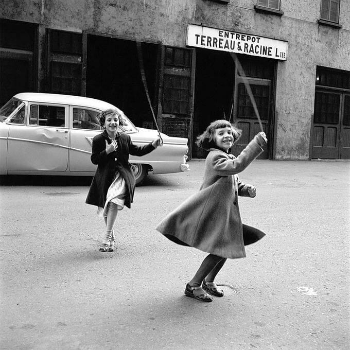 Fillettes qui jouent dans la rue par vivian maier