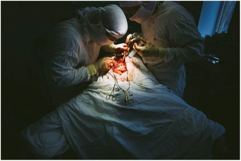 Helen, 1954. Diagnostique: tuberculose vertébrale. Hôpital Donetsk, Donbass, Décembre 2010. Opération chirurgicale pour retirer des parties de la colonne vertébrale, touchés par la tuberculose. L'opération fut un succès.