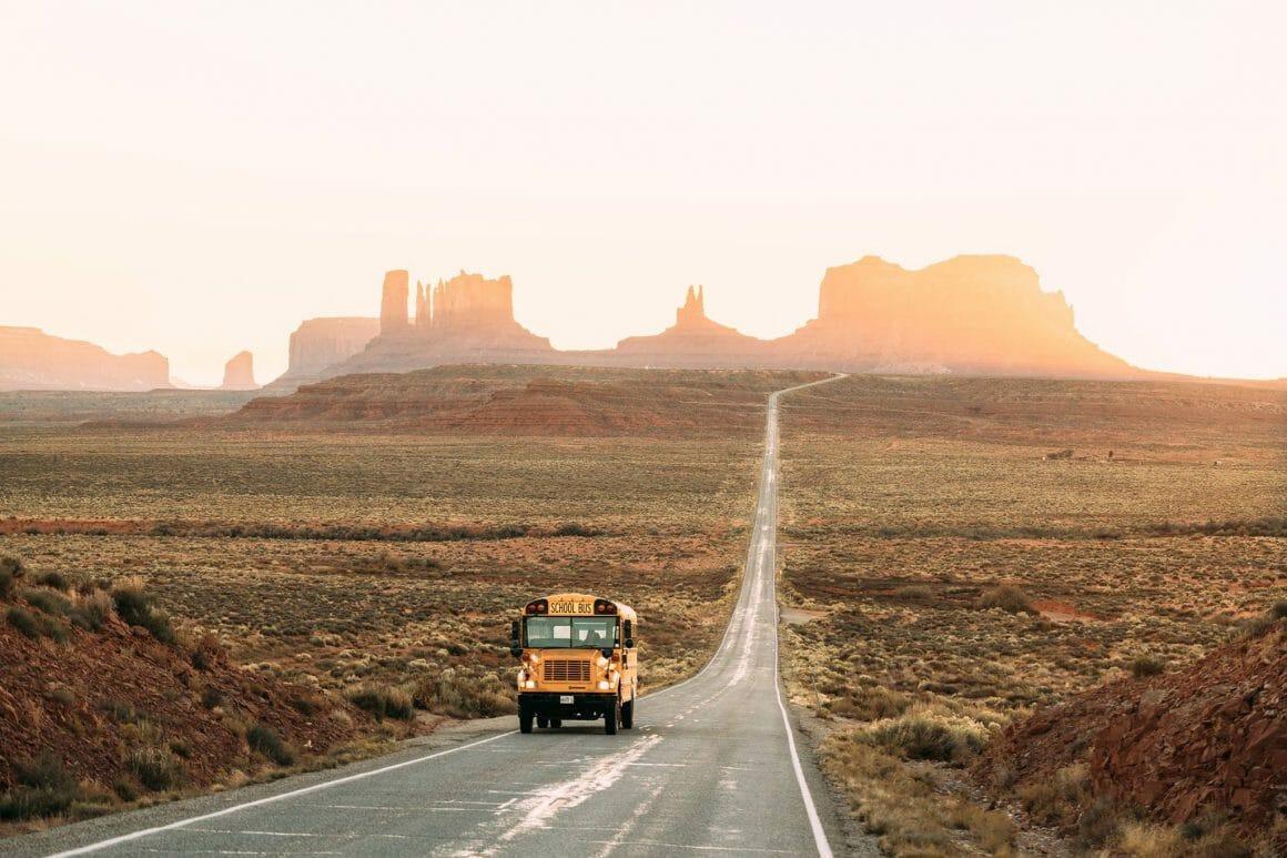 death valley et bus scolaire jaune américain