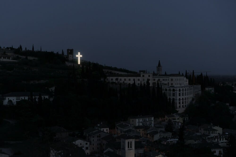 photo de croix lumineuse