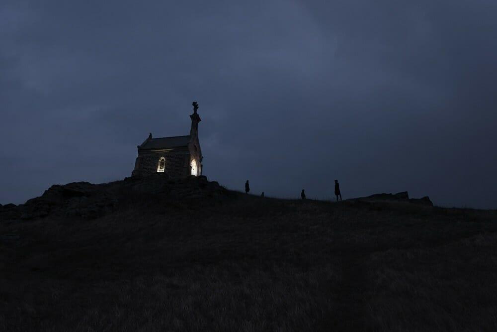 photo d'une église dans la nuit