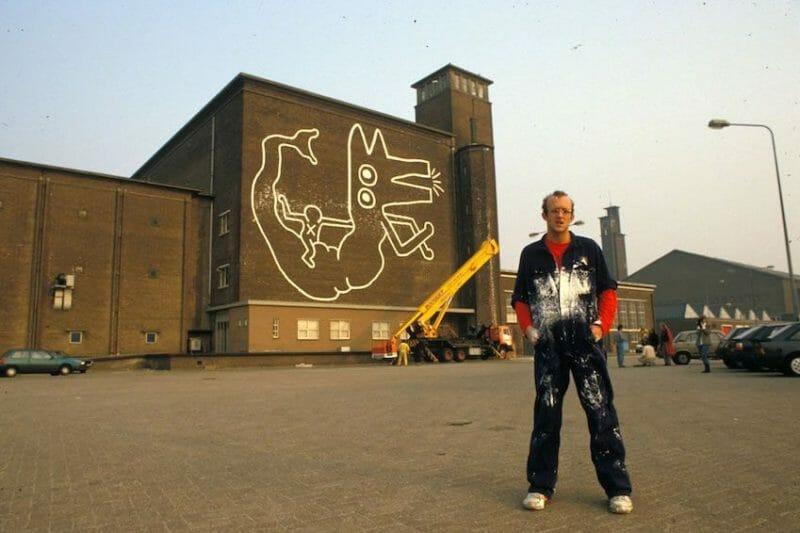Keith haring devant son oeuvre en 1986