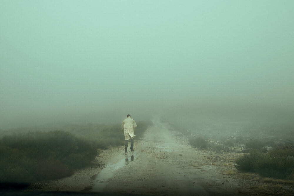 Homme seul sur un chemin de terre - Henri Prestes