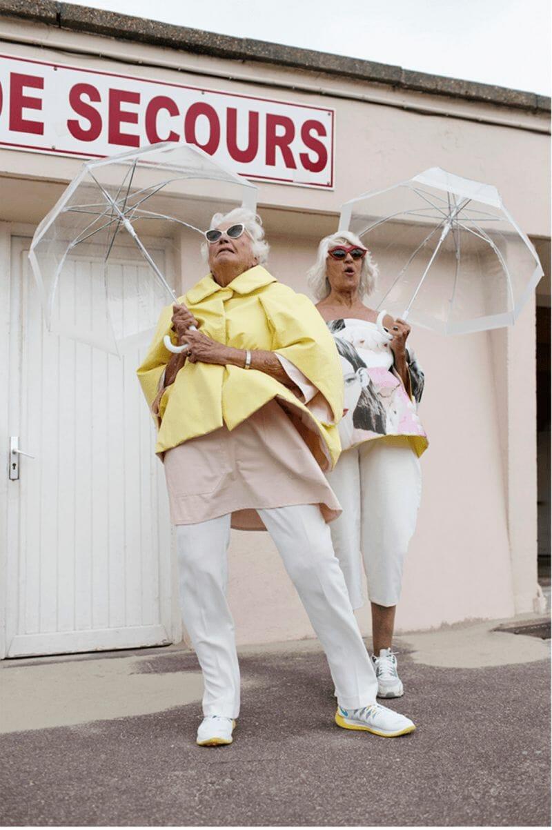 grand mère et parapluie Charlotte Abramow