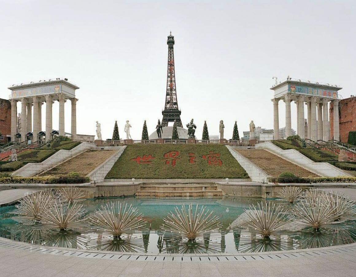 une fausse tour Eiffel dans un parc issu de la série chinese fun