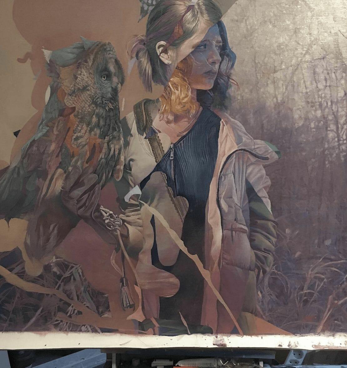 jeune fille et un hiboux sur une fresque d'art urain