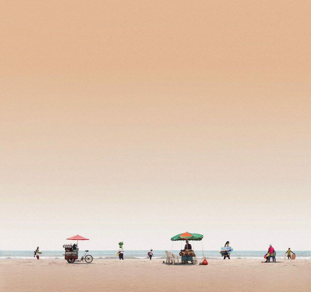 cliché de la plage avec des vendeurs et des touristes par Felipe Bedoya