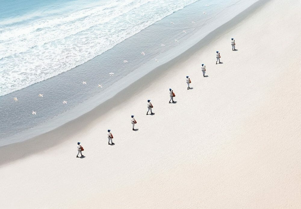 cliché de marchands alignés sur la plage part Felipe Bedoya