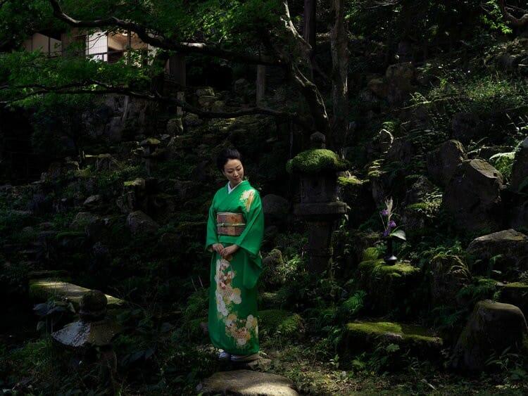 Junko Okimoto est une artiste japonaise qui est à la charge d'un temple japonais, photographiée par Roman Jehanno
