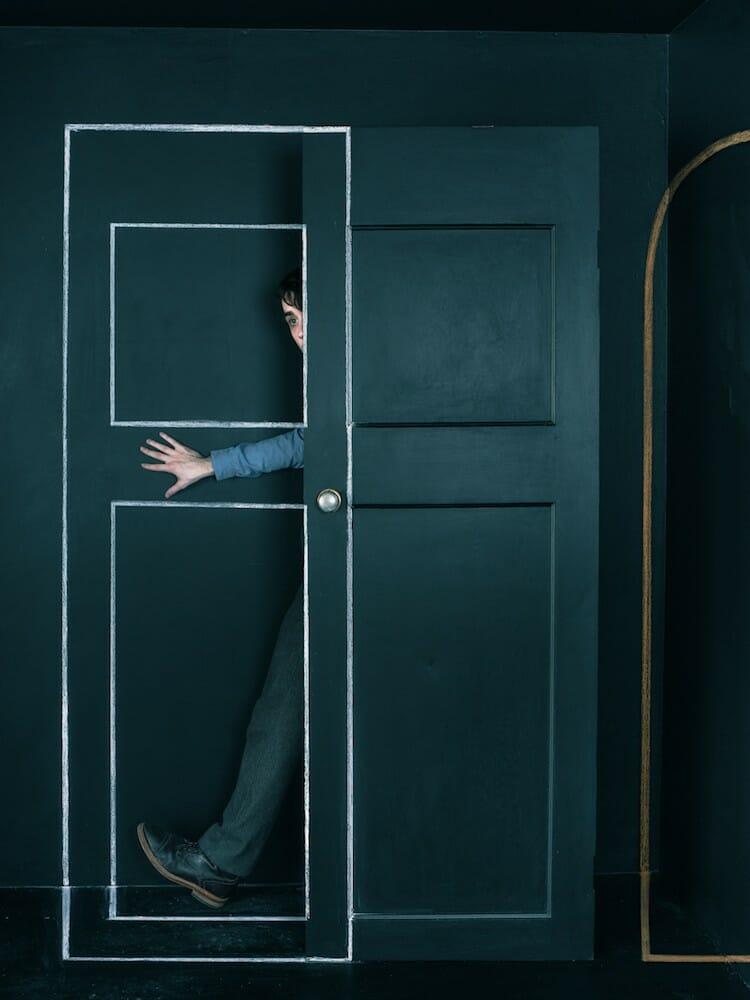 photo d'un modèle caché derrière une porte réalisée par John Dykstra