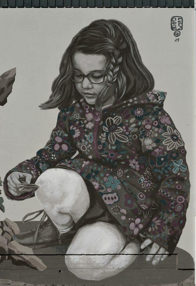 Peinture murale avec une petite fille réalisée par Lula Goce