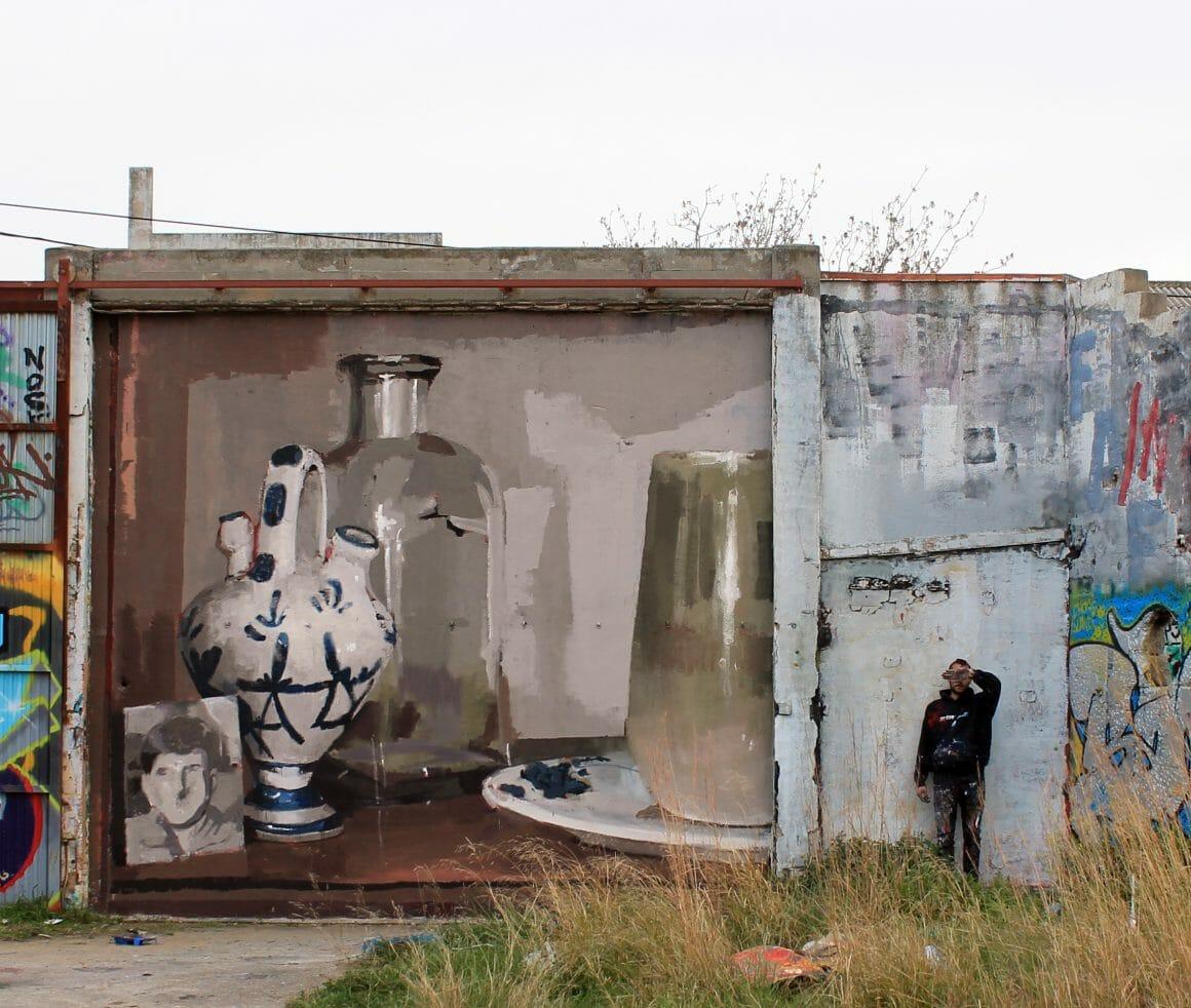 peinture murale réalisée par Mohamed L'Ghacham représentant de la vaisselle