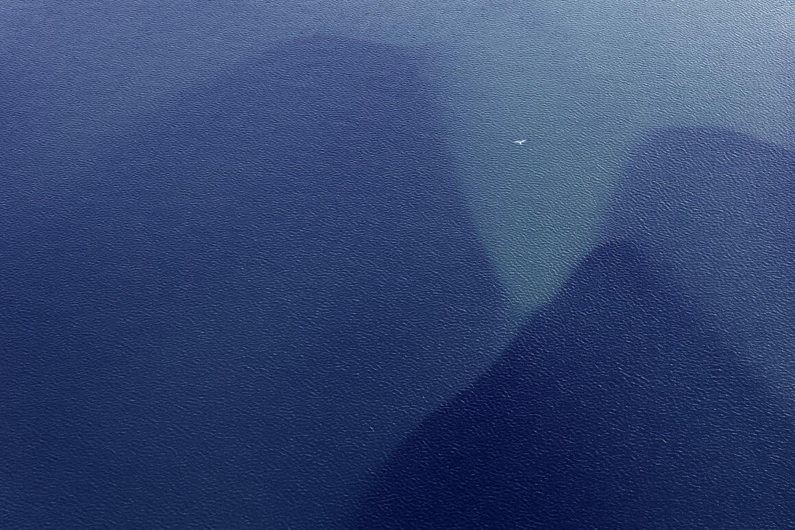 Vue aérienne d'un paysage en Islande, eau et oiseau
