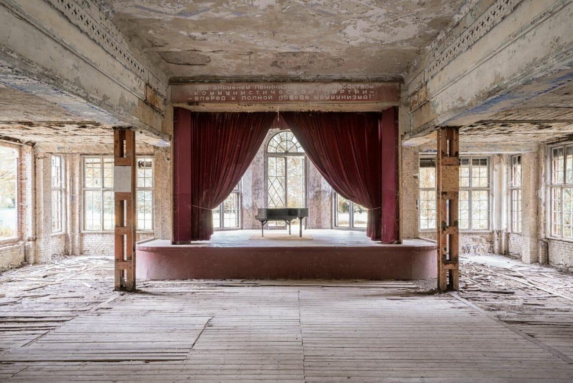 Photographie réalisée par Romain Thierry illustrant un piano sur une scène