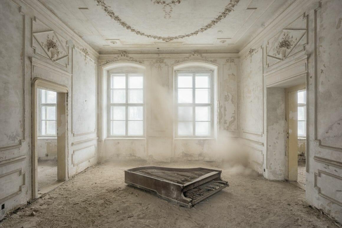 Photographie réalisée par Romain Thierry illustrant un piano détruit dans une salle poussiéreuse