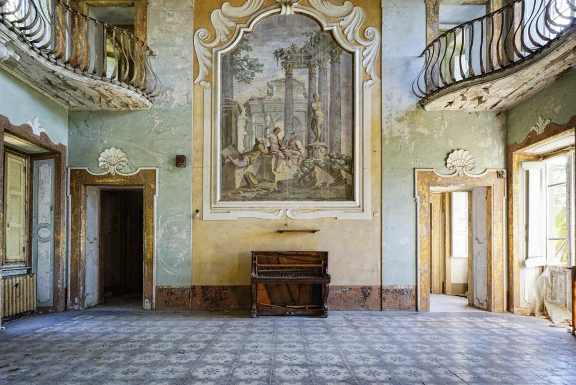Photographie réalisée par Romain Thierry illustrant d'un piano sous une grande peinture