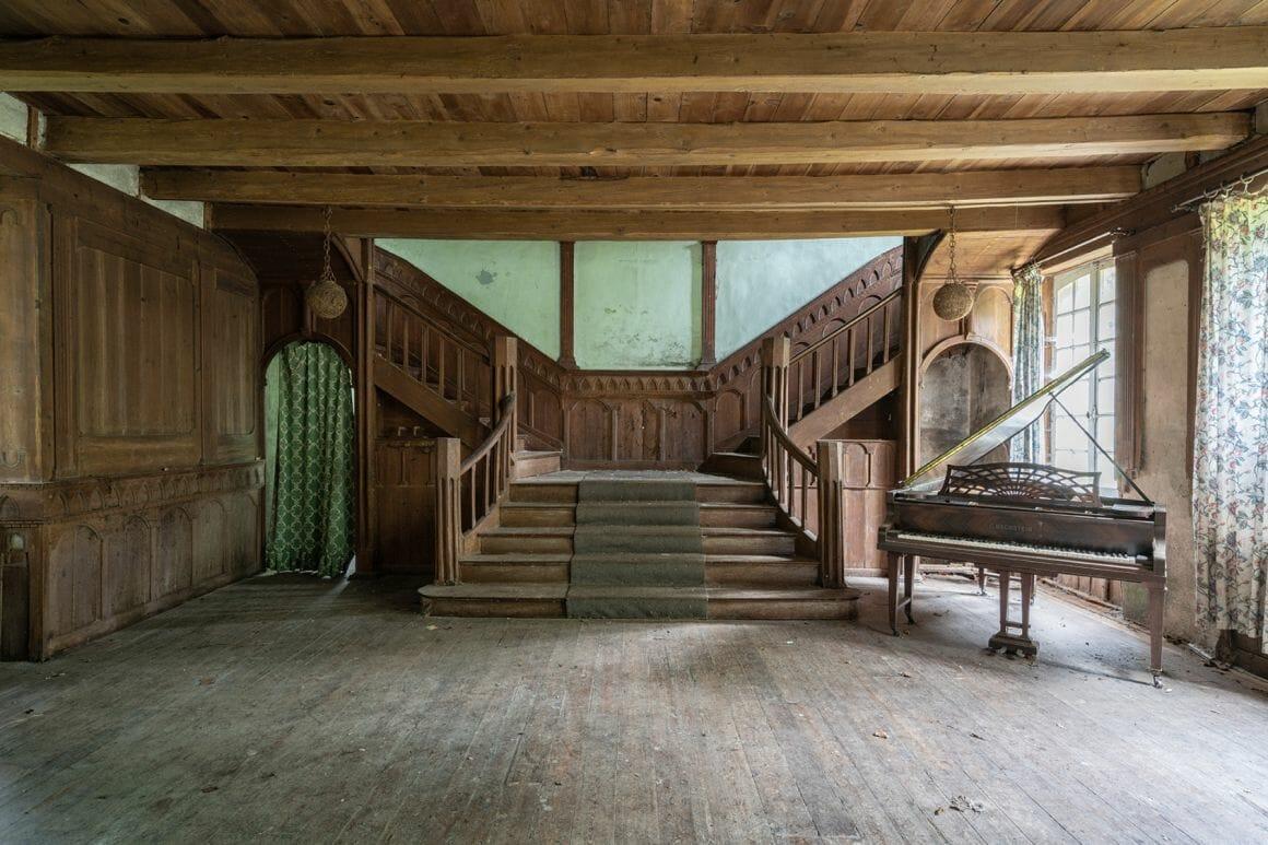 Photographie réalisée par Romain Thierry illustrant un piano près d'un escalier