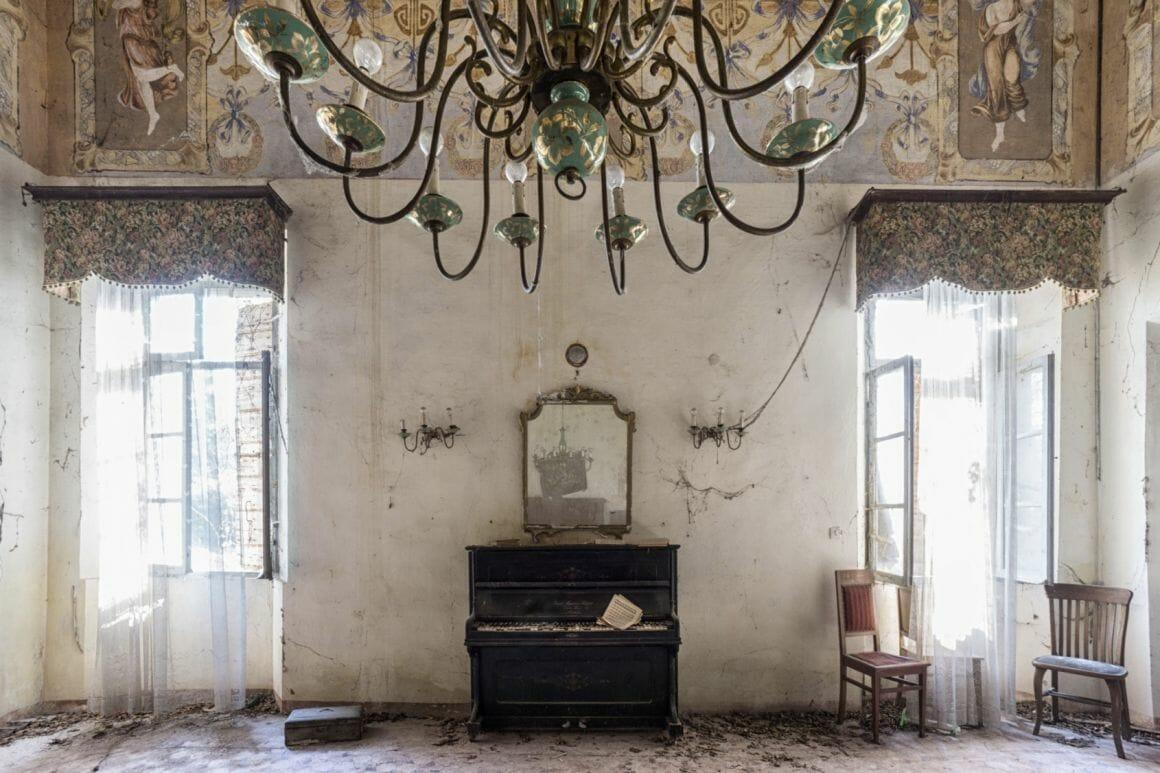 Photographie réalisée par Romain Thierry illustrant un piano près d'un chandelier