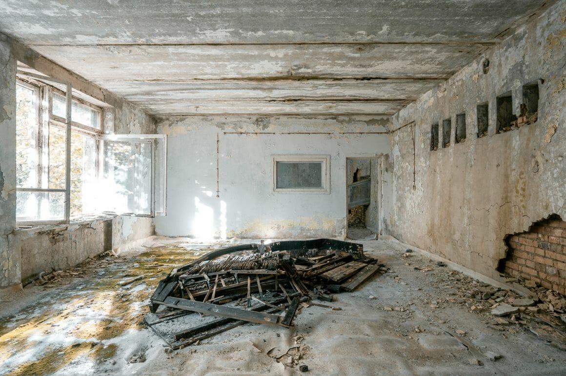 Photographie réalisée par Romain Thierry illustrant un piano partiellement détruit