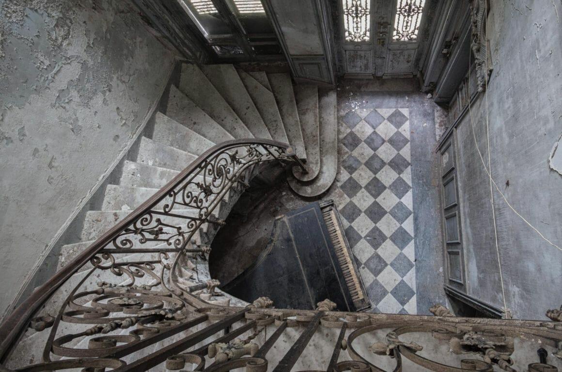 Photographie réalisée par Romain Thierry illustrant un piano en bas d'un escalier