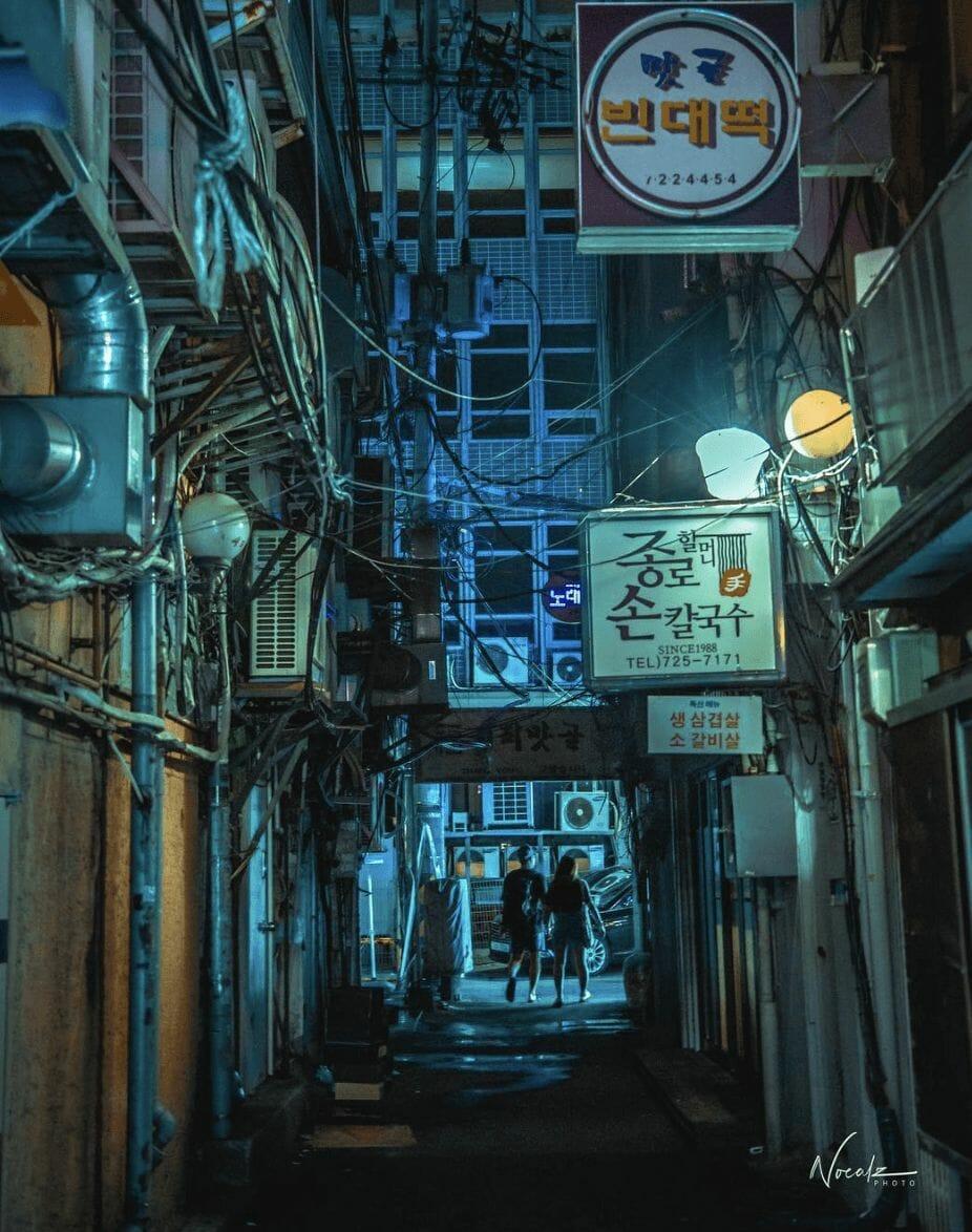 Photographie réalisée par Noé Alonzo illustrant une rue peu éclairée au coeur de Séoul