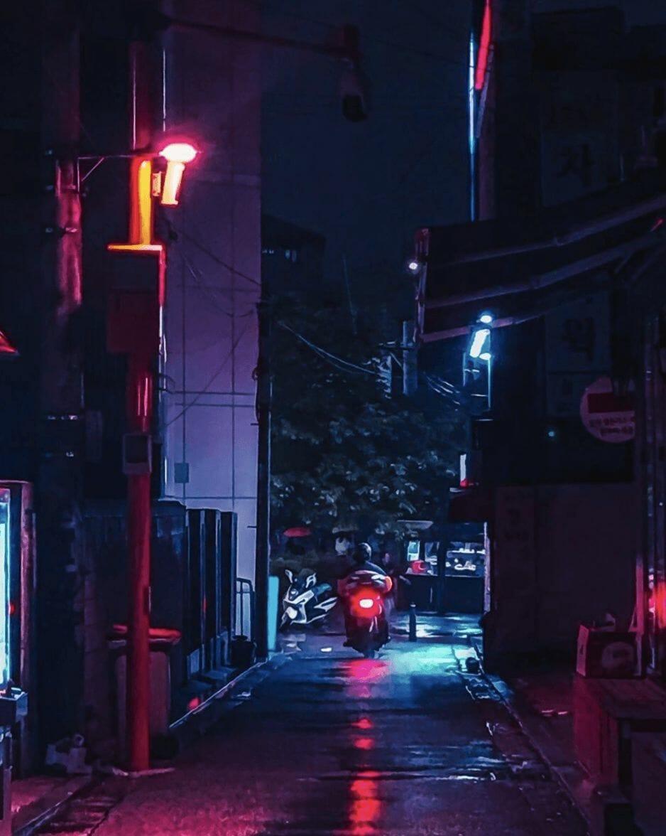 Photographie réalisée par Noé Alonzo illustrant une petite rue peu éclairée