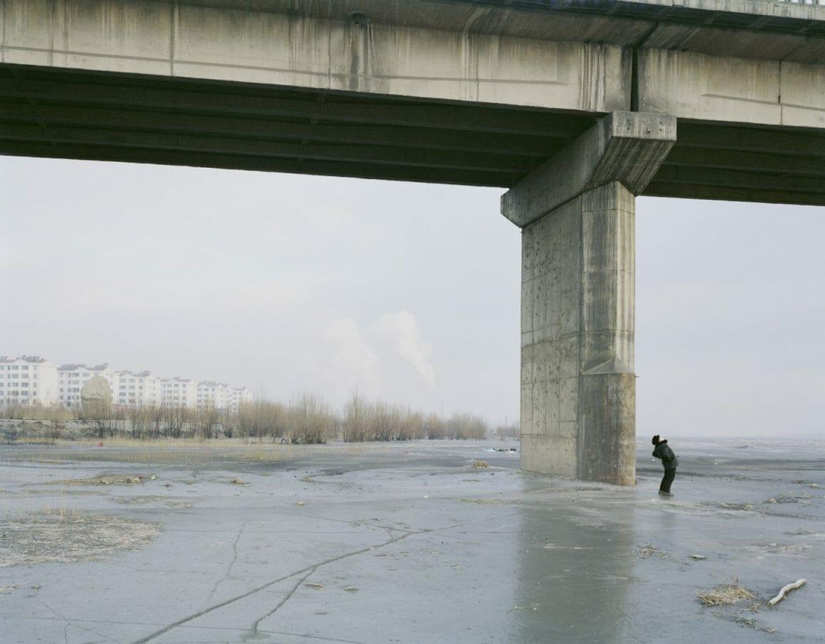 Zhang Kechun un homme sur l'eau gelée, sous un pont
