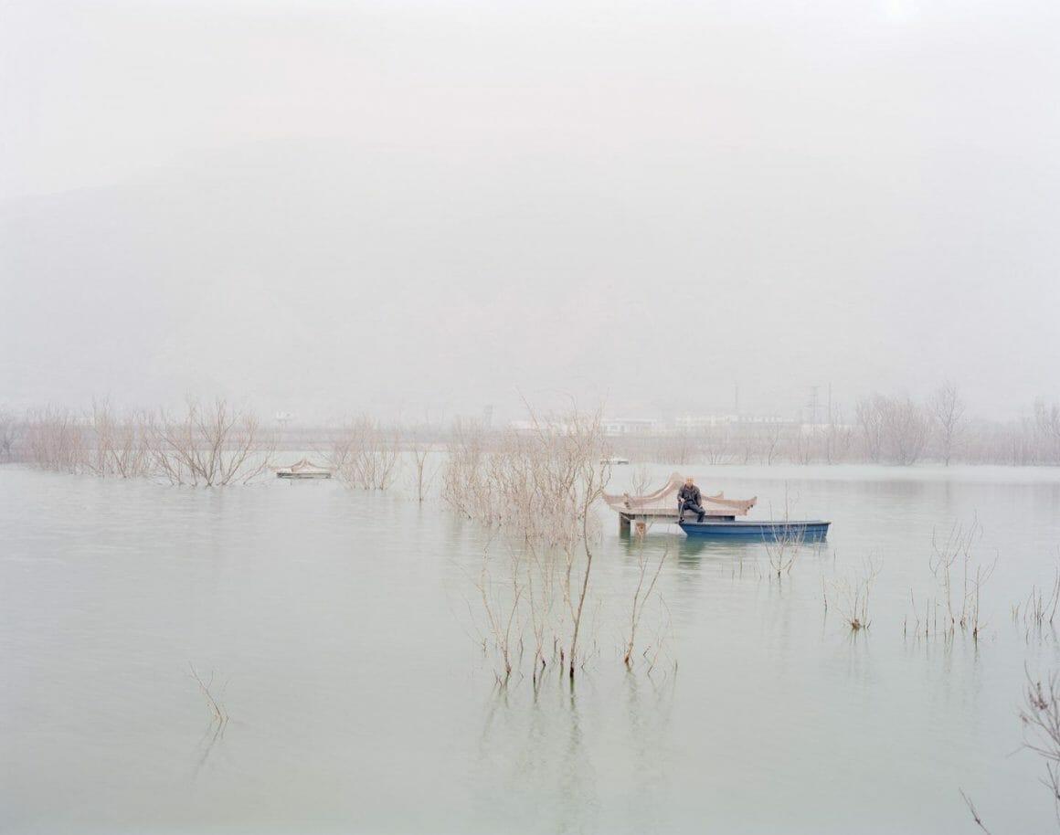 Zhang Kechun homme assis près de l'eau