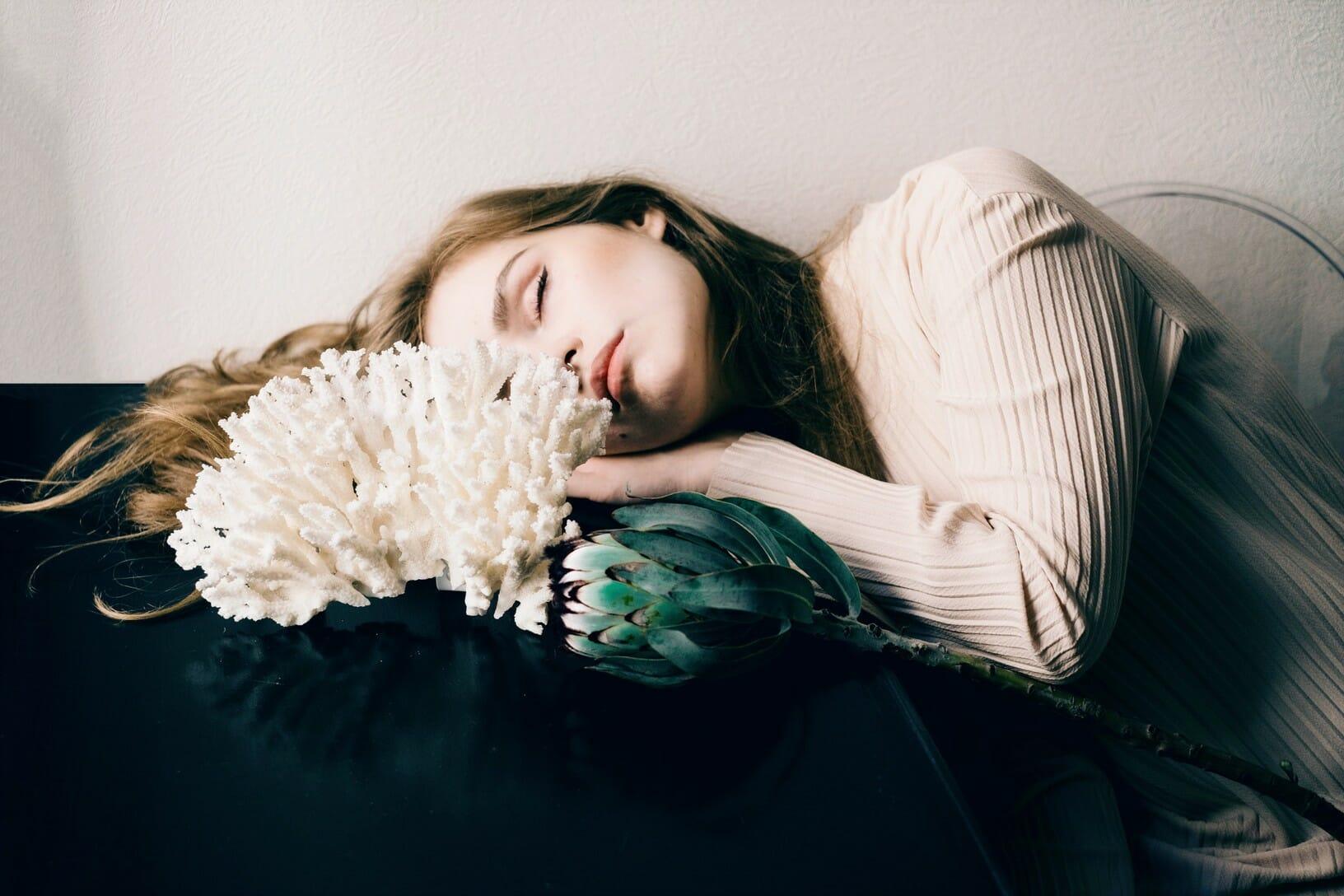 Photographie réalisée par Polina Washington illustrant une jeune femme endormie