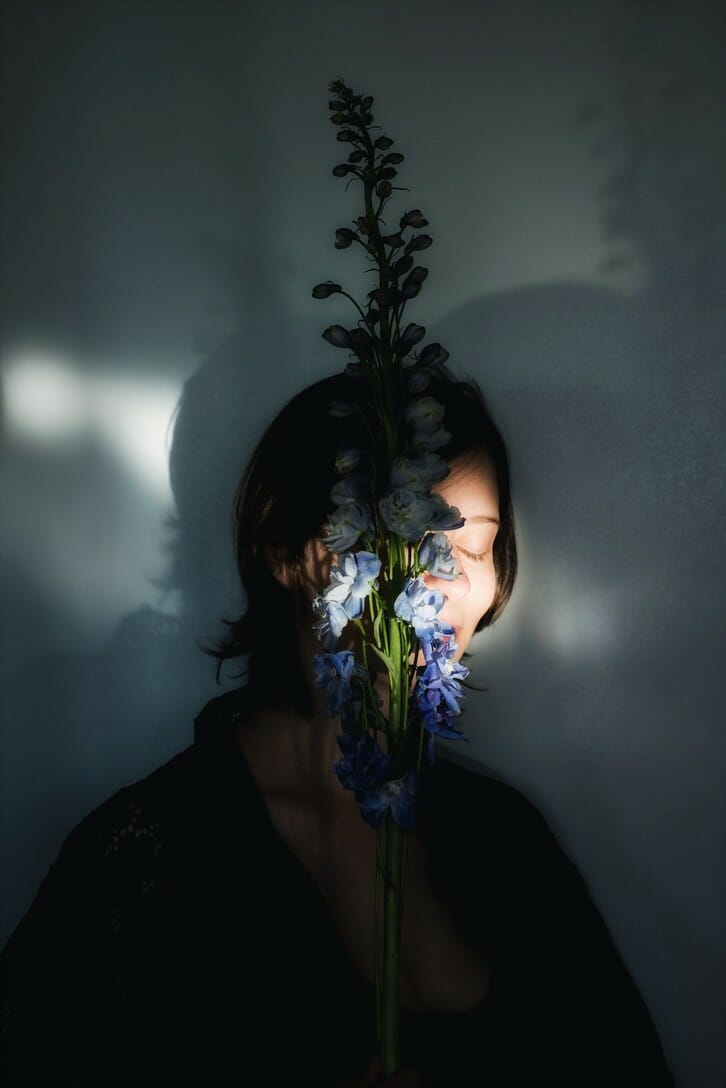 Photographie réalisée par Polina Washington illustrant une femme et des fleurs
