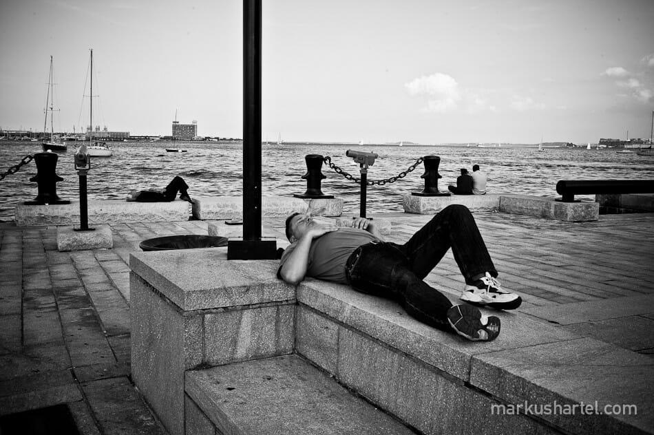 Markus Hartel homme qui dort près de l'eau