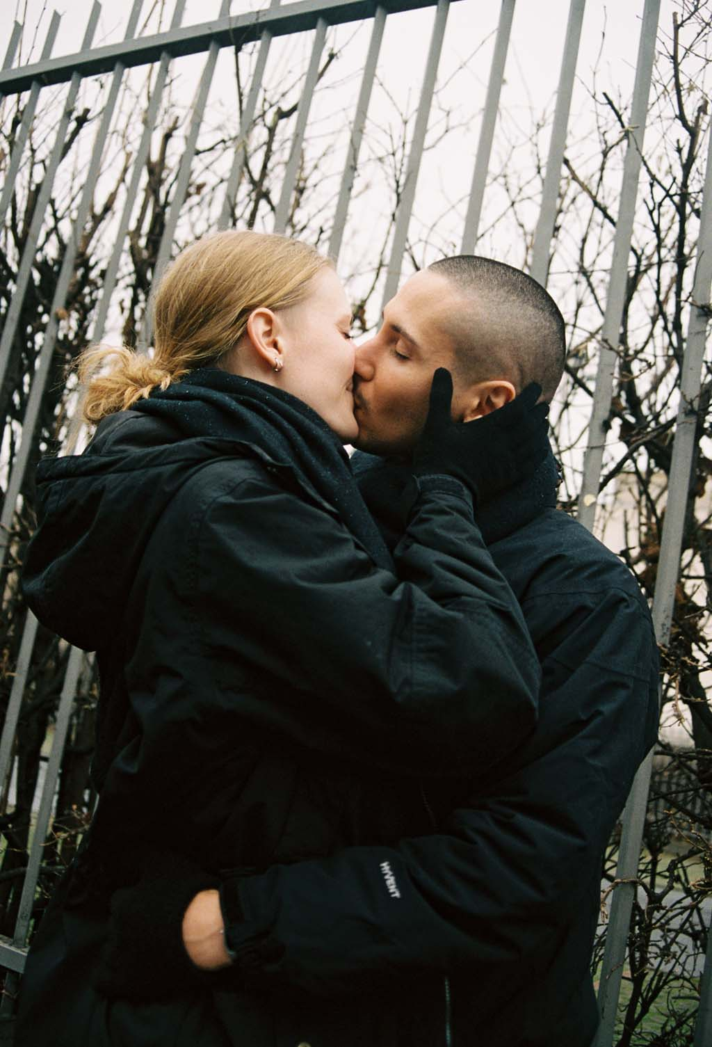 NachtclubsBerlin couple qui s'embrasse