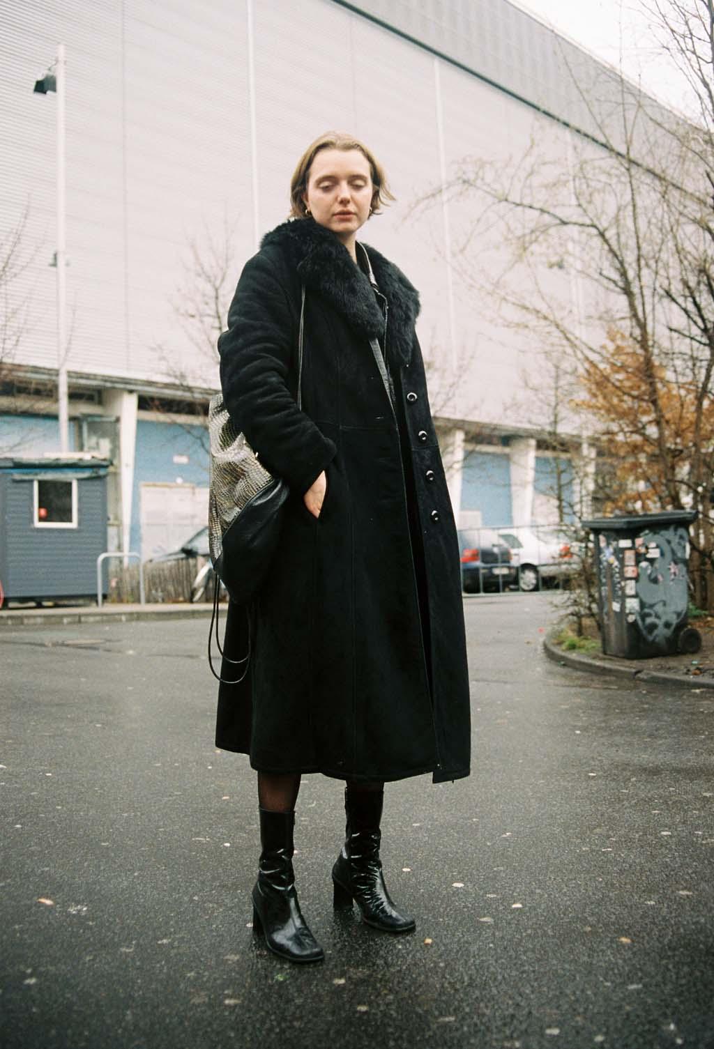 Nacht Clubs Berlin femme au long manteau noir