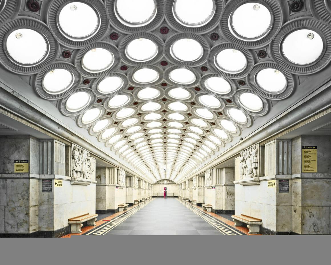 Son plafond comporte six rangées de hublots comme de ampoules électriques. Bas-reliefs en marbres et décoration année 1930 en font un chef d'œuvre d'art déco.
