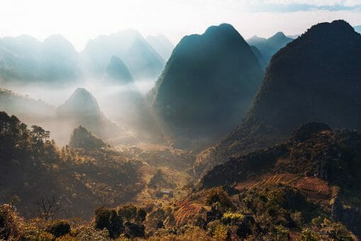 Montagne éclairée par des faisceaux de lumière du soleil