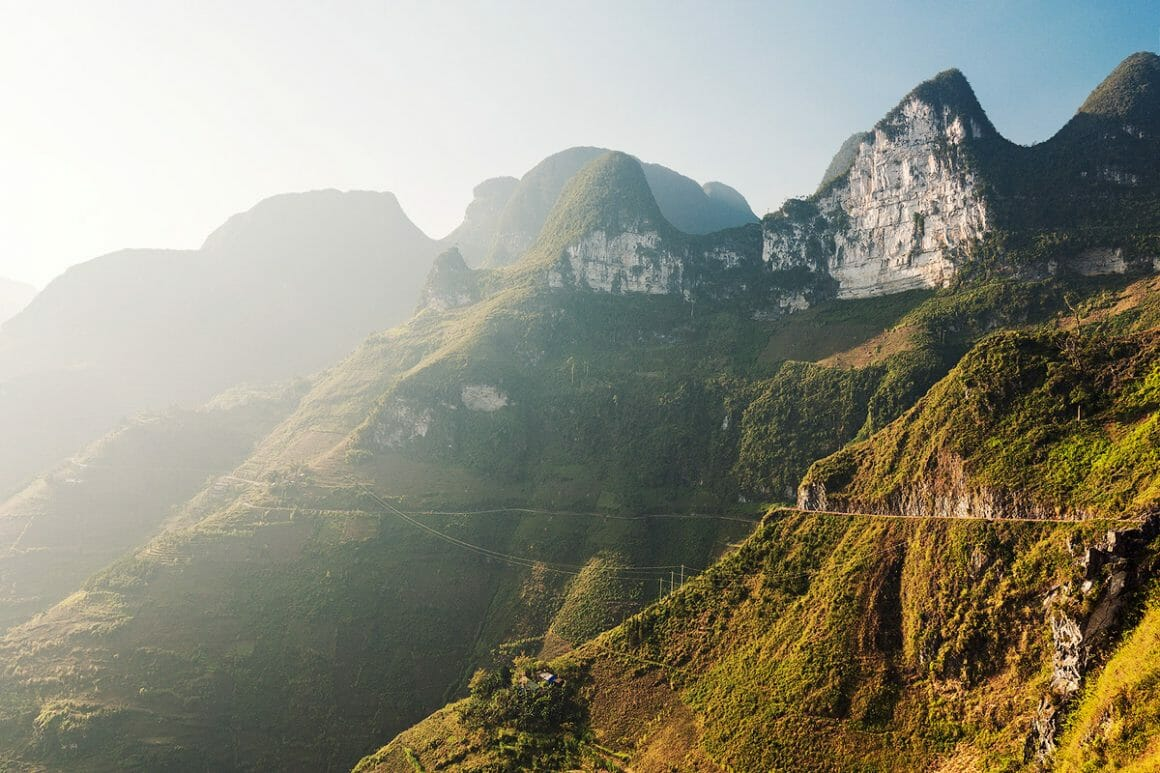 Voici une des impressionnantes photographies de Lukas Furlan : Vue de près sur une montagne. Le soleil éclaire sur la gauche.