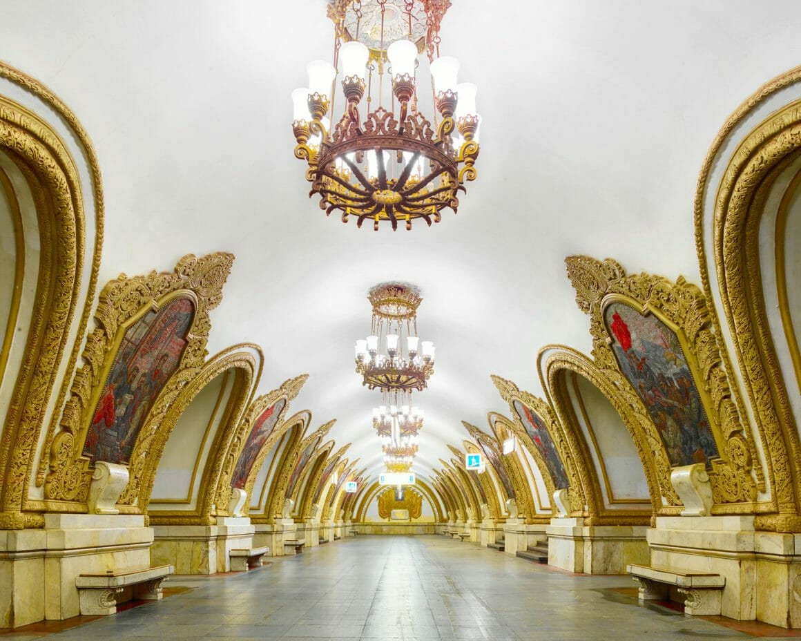 Le hall central est pavé de dalles de granit gris, et base des piliers est recouverte de marbre. Les arches pour accéder aux quais sont ornées de frises en stuc, rappelant l'architecture ukrainienne du XVIIème siècle. Mais se sont évidement les vingt quatre panneaux de mosaïque qui attirent avant tout l'œil. Ils illustrent les relations entre la Russie et l'Ukraine, à travers différentes scènes tirées de l'histoire ou de la vie quotidienne.