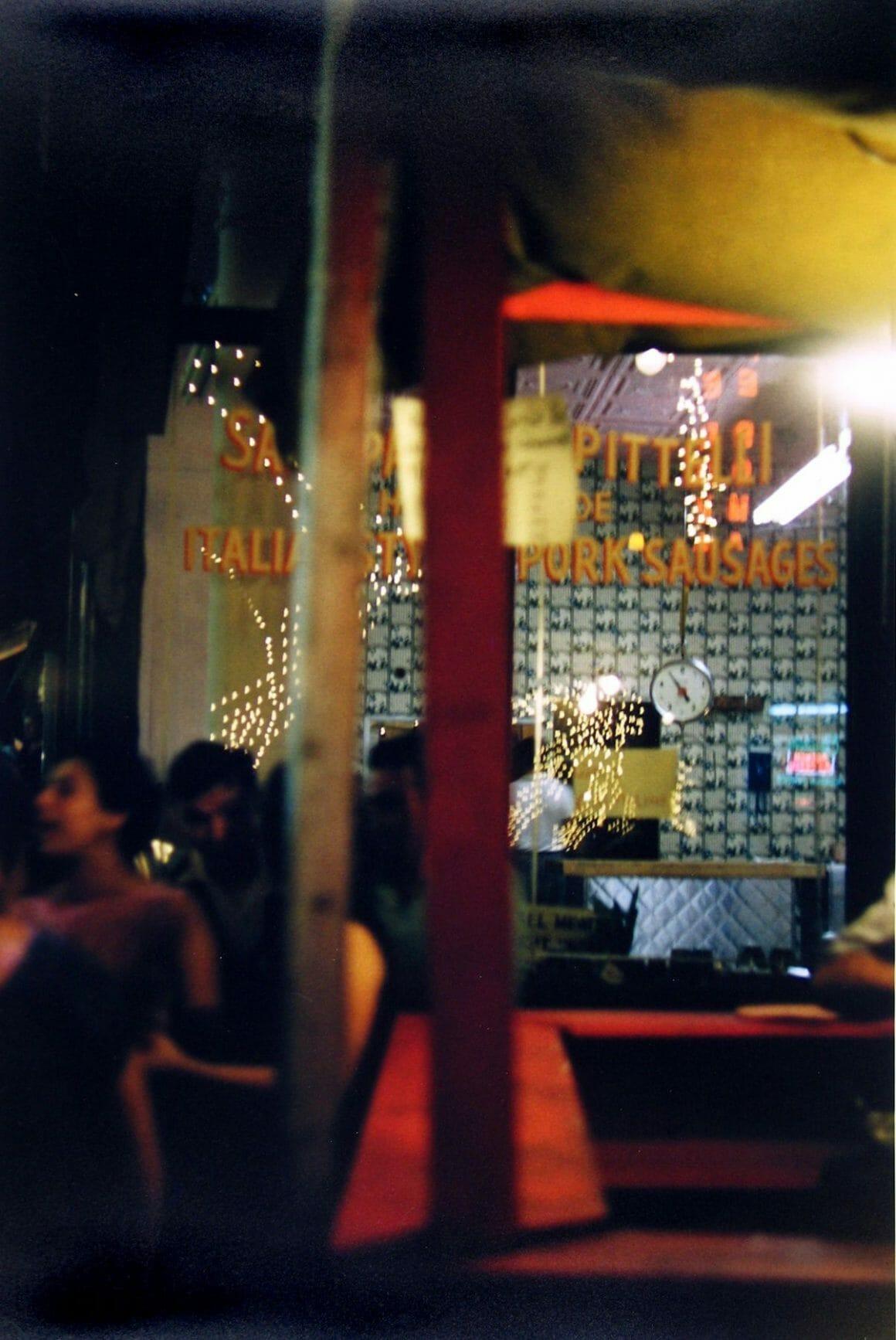 Photographie Saul Leiter flou dans un bar