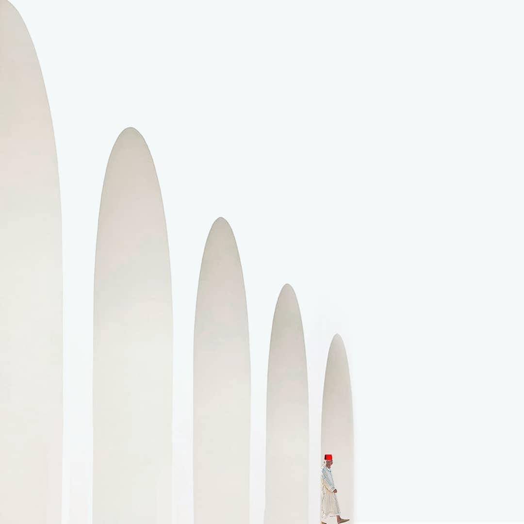 Monochrome de blanc en arcades et habit traditionnel