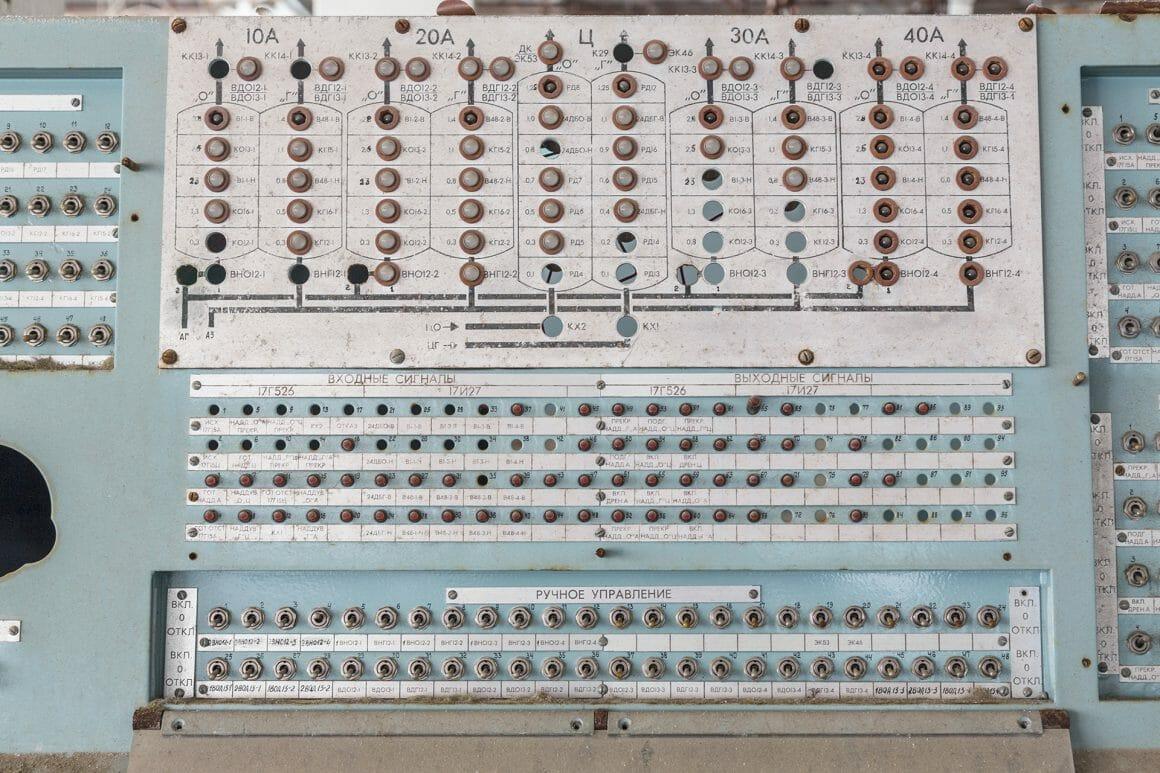 Baïkonour, Gros plan sur un tableau de bord rempli de boutons.