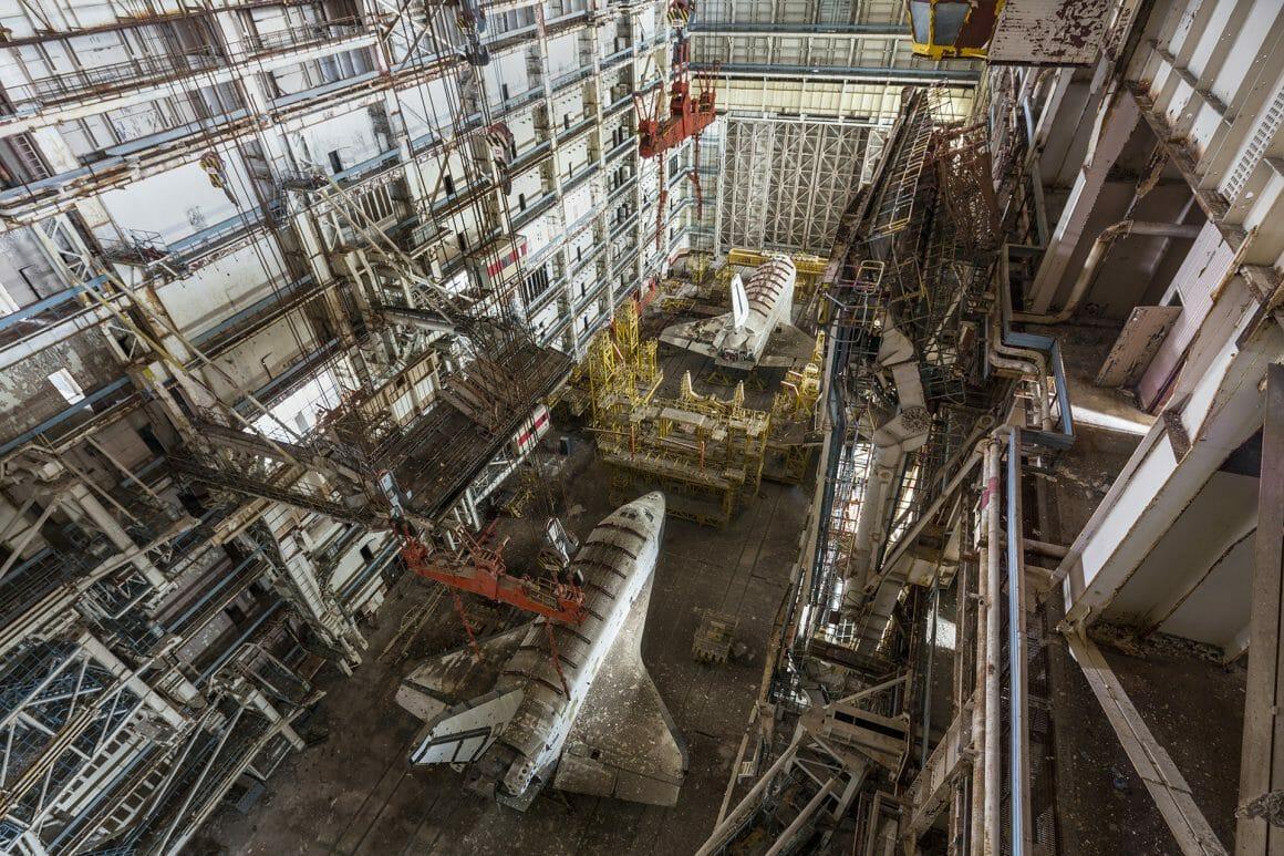 Baïkonour, Deux fusées horizontales l'une derrière l'autre dans un immense hangar.