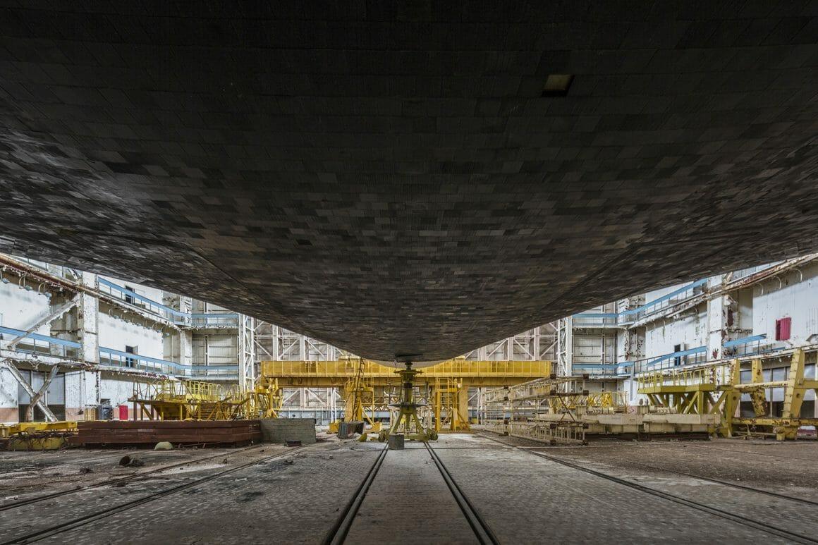 Baïkonour, Dessous d'une fusée dans un hangar immense.