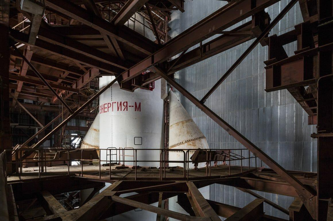 Baïkonour, Une fusée à la verticale dans un hangar. Focus sur le ventre de la fusée.