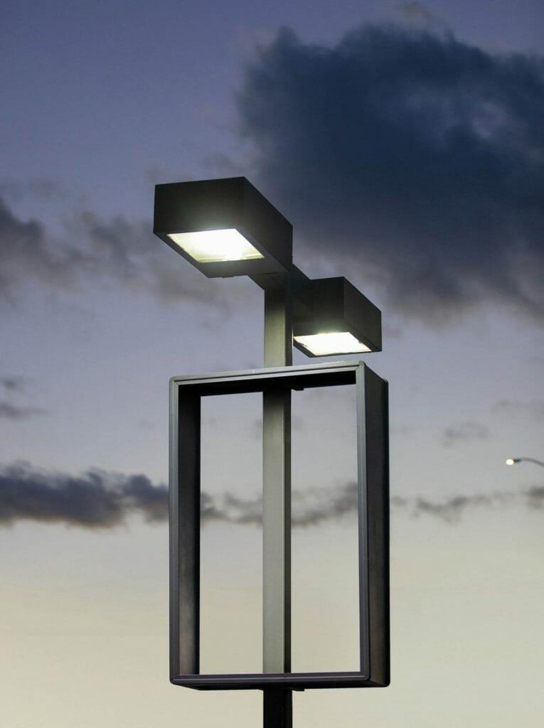 Arch Mcleish, Un lampadaire graphique à deux tête sur un ciel bleu et gris.