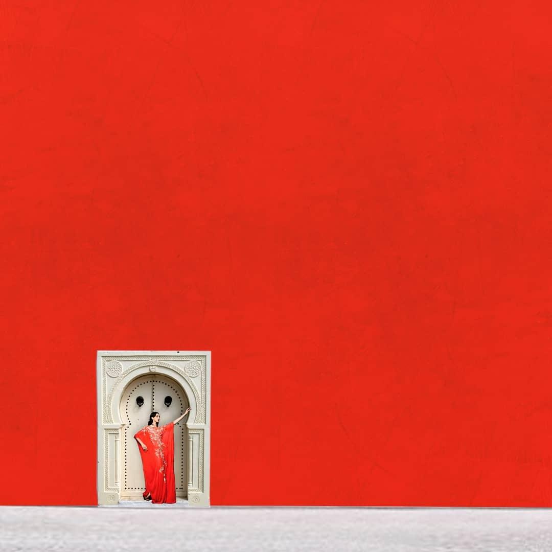 Monochrome de rouge, porte traditionnelle marocaine, et habit traditionnel