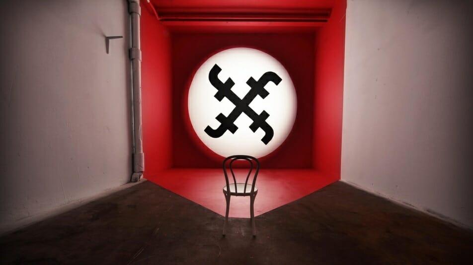 Social Reich de Biancoshock, représentant une croix gammée sur fond rouge dont les lignes forment le F de Facebook.