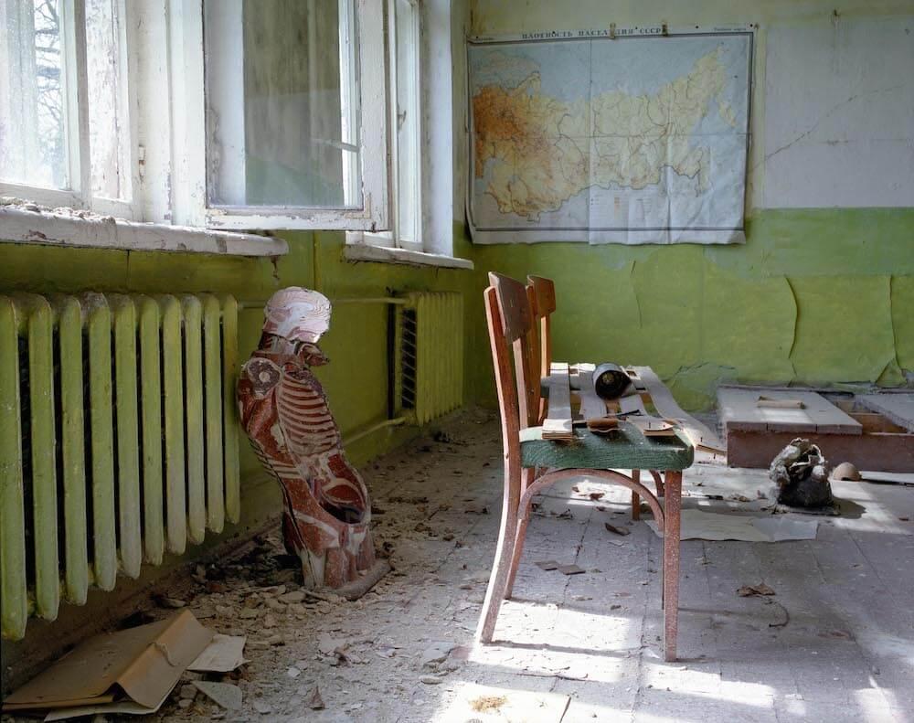 David Mcmillan, salle de classe abandonnée avec une carte de la Russie et un squelette en plastique.