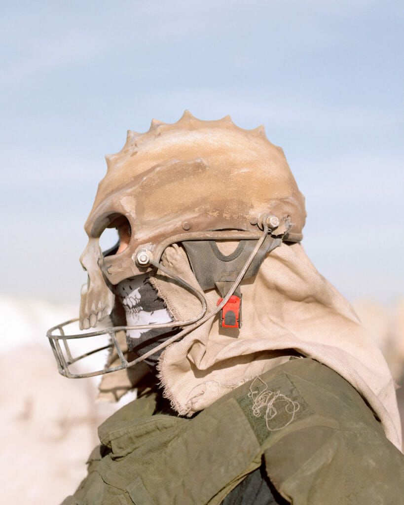 Joe Pettet-Smith, Anarchy Tamed, festivalier de profil portant un masque.