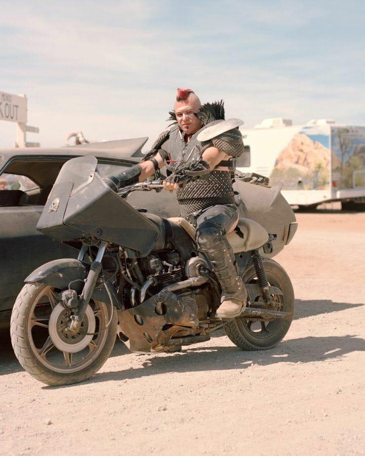 Joe Pettet-Smith, Anarchy Tamed, un festivalier à moto.