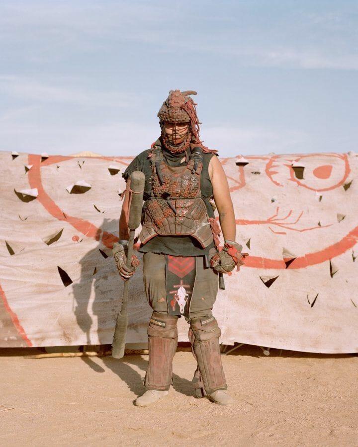 Joe Pettet-Smith, Anarchy Tamed, festivalier déguisé pris de manière frontale.